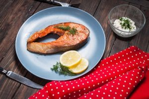 Bistecca di salmone cotte su friggitrice ad aria calda Tefal